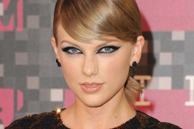Cómo hacer la coleta de Taylor Swift que todas queremos copiar. http://ow.ly/RCDEM #blue01stylist #coleta