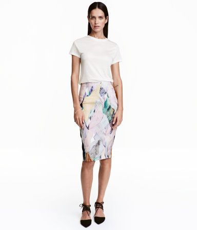 Natural white/patterned. Pencil skirt in woven stretch fabric with a concealed zip and slit at back. Lined.