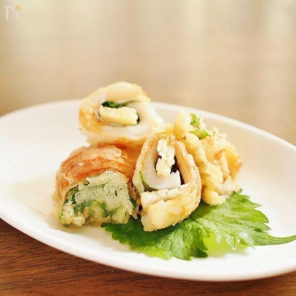 パルミジャーノ・レッジャーノ・チーズをちくわとシソで巻いて天ぷらに仕上げました。ちくわの塩分とシソの清涼感が濃厚なパルミジャーノ・レッジャーノ・チーズとよく合います。