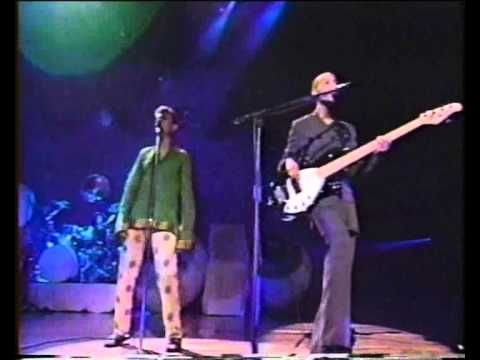 David Bowie and Gail Ann Dorsey. Under Pressure (Composed Queen e David Bowie)