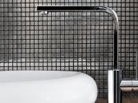 MOZAIKI: W nowoczesnych wnętrzach coraz częściej wykorzystuje się mozaiki. Poza typowymi mozaikami ze szkła, ceramiki i kamienia oferowane są także wykonane z metalu, miedzi, czy drewna.