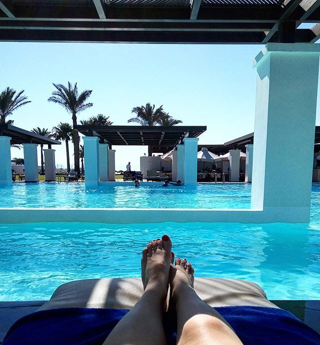 Every single corner in this hotel is a place of relaxation. Love this huge pool @amirandesgrecotel .