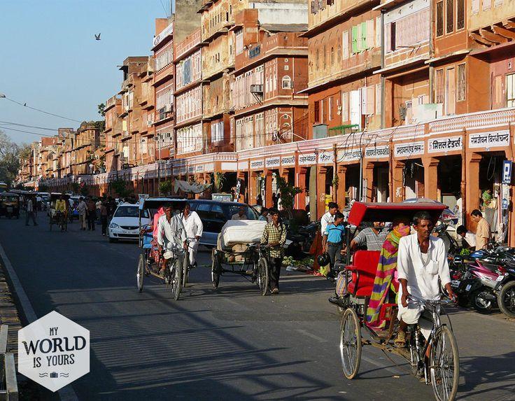 's Middags verruilen we de rijkdom voor het echte leven en duiken we #Jaipur in. Dit is #India op haar best. #rickshaw #cyclo #Riksja #Rajahsthan
