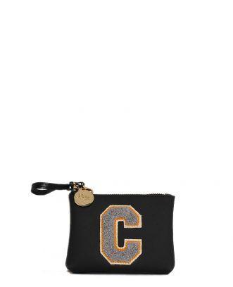 www.lafemmecorreggio.com Portachiavi/portamonete in pvc con lettera. Cinturino con gancio. Zip colore oro. Medaglietta con logo. Idea per personalizzare la propria borsa. Dimensione: 14 cm x 11 cm.  Made in Italy.