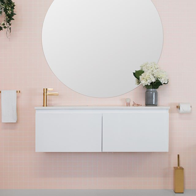 C O L O U R C R U S H ✖️ Our brushed gold tapware and accessories pair so well with these blush tiles 😍 Featured on the Stealth Ensuite Vanity by @adpaustralia #jamiejtapware