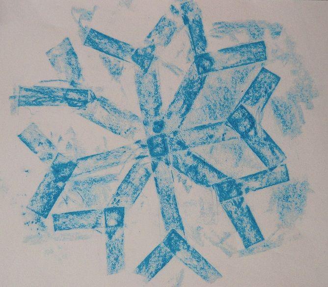 JAK VZNIKÁ VLOČKA -experimentální přenášení reliéfní struktury na papír (frotáž papírových vloček)