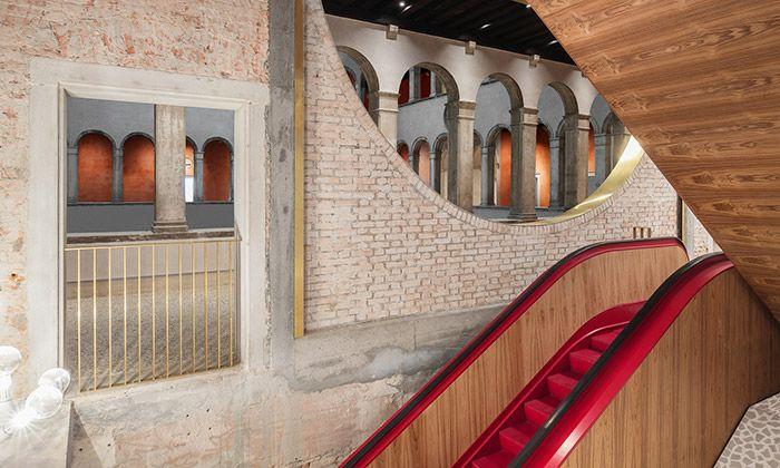 Nizozemské architektonické studio OMA dokončilo obnovu paláce Il Fondaco dei Tedeschi v Benátkách. Původní budova ze 16. století byla citlivě zrekonstruována a byly do ní integrovány moderní prvky jako například červené jezdící schody.  Historie domu, který stojí ...