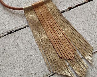 Collar de cuero con flecos  de piel metalizados bicolor