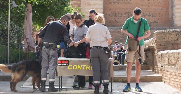 La Alhambra aumenta sus controles de seguridad ante la amenaza yihadista La policía busca blindar el monumento nazarí símbolo de Al Ándalus tras las menciones del Estado Islámico