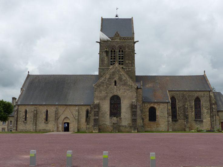 église de Sainte Mère Eglise avec son célèbre parachutiste