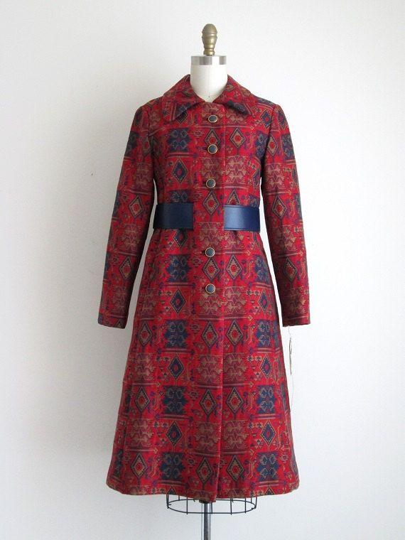Vintage 1960s dode inventaris Tapestry jas Deze jas is een katoen / acetaat mengen. Het is volledig gevoerd met een Marine voering. Het heeft een plooi in de rug, twee zakken en de faux leder riem uitgelijnd aan de voorkant. De vacht knoppen aan de voorkant voor sluiting.  SPECIALE NOTITIES: -Deze jas is niet extreem dikke of zware, en zou perfect zijn voor lente, herfst of milde winters -De dode inventaris tag stelt dat het weefsel van katoen/acetaat tapijt REGEN / VLEK afweermiddel…