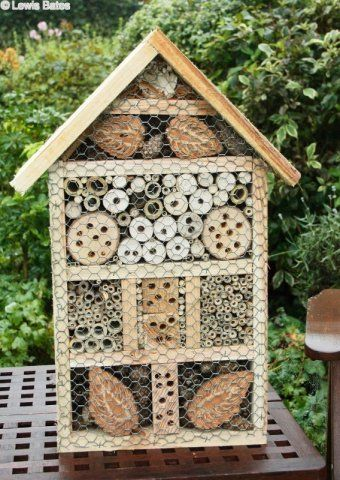 Maison pour les insectes en  bois. Il suffit de ramasser des branches mortes et de les percer. Pour le cadre de la maison, tu bois de palette devrait faire l'affaire ! - Bee and bug boxes