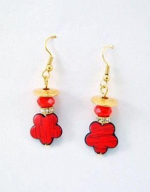 €5,50 Σκουλαρίκια με κόκκινα ξύλινα λουλούδια και άλλα κόκκινα και χρυσά στοιχεία.Τα κουμπώματα είναι επίχρυσα.