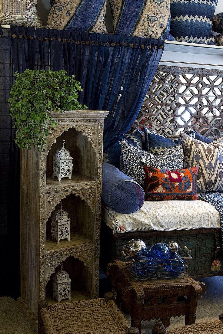 Oosters; spiegelpatroon, kastpatroon, veel kussens (vergeet de cilinderkussens niet), en Marokkaanse accessoires zoals de lantaarns