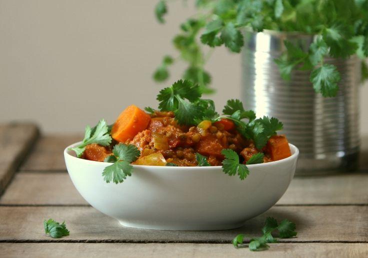 kurkumastoofpotje met wortel, paprika en linzen