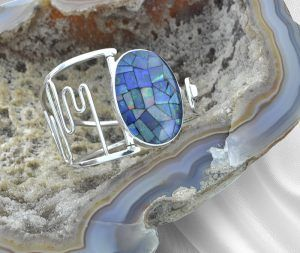Este bracelete de prata com a rara pedra preciosa, Opala do Piauí,  em foto do portfólio do Heitor José Studio.