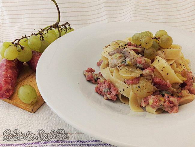 E' tempo di vendemmiare,l'uva si presta bene anche per altre ricette,un primo piatto, Tagliatelle con salsiccia fresca porro funghi uva e gorgonzola