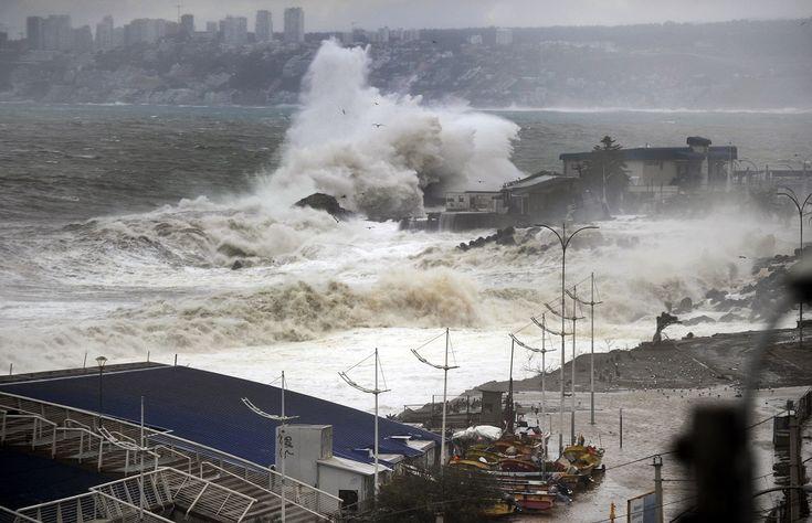 08 Agosto de 2015 /VALPARAISO  Vista General de las fuerte marejadas que afecta a la Caleta Portales de Valparaiso  producto del frente de lluvias y viento que afecta a la zona centro sur del País . FOTO : PABLO OVALLE ISASMENDI / AGENCIAUNO
