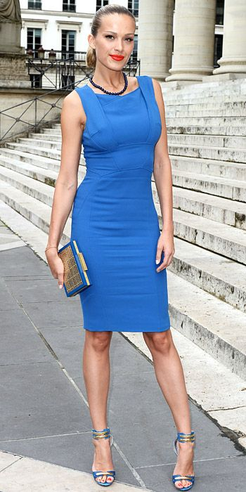 Street style: Petra Nemcova in blue dress and heels. More sexy models…