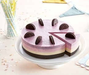 Inte bara vacker att se på – den är fantastiskt god också. Den här cheesecaken har en botten gjord på Oreokakor och tre fyllningar. Apelsin, hallon och blåbär funkar fantastiskt bra med den mörka botten. Dekorera med halva Oreokakor som du försiktigt delar med en vass kniv.