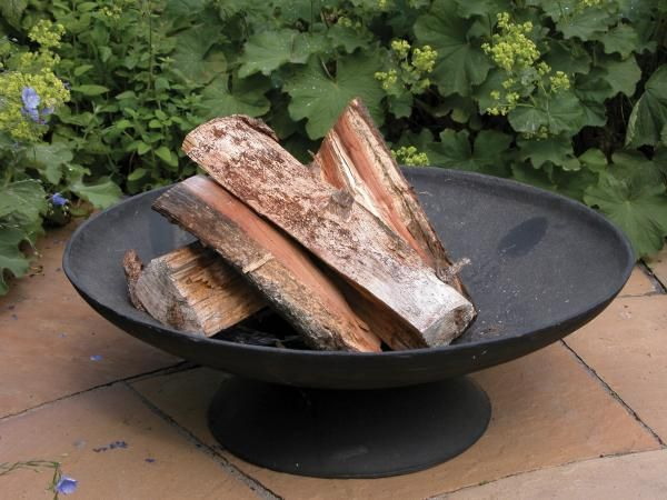 Nagy méretű, fekete öntöttvas tűzgyújtó tál. Kerti sütögetéskor, grillezéskor  használhatja az ehhez kialakított grillráccsal (FF155 termék) együtt is.  Hűvösebb napokon pedig a tűz melege mellett igazi tábortűz hangulatot teremthetünk a kertünkbe.