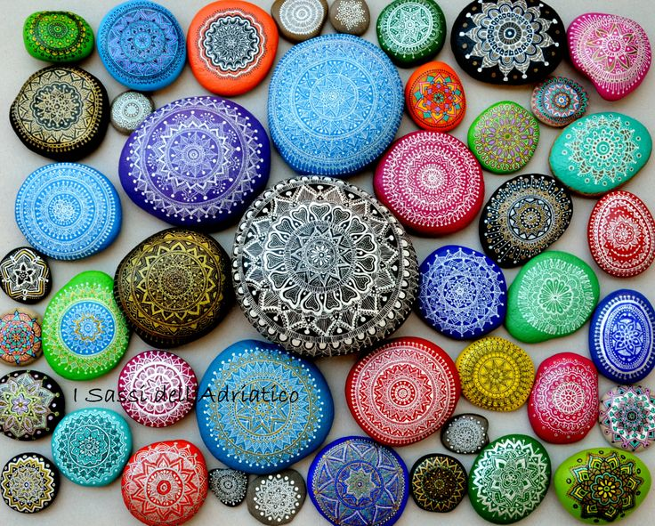 17 best images about sassi dipinti on pinterest moon - Mandala sur galet ...