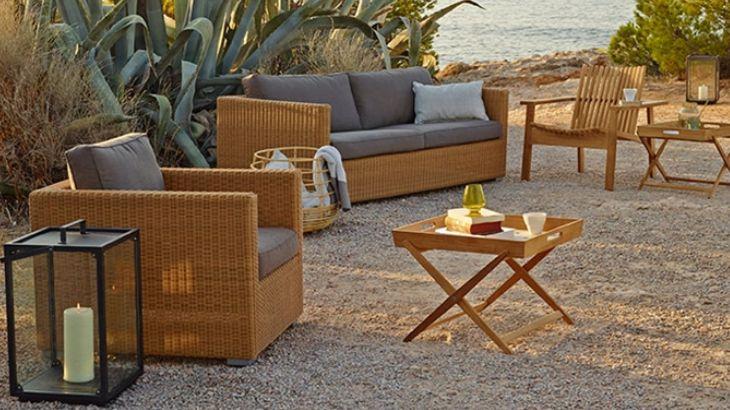 Store | Cane-Line - Exklusivitet i trädgården Lounge trädgårdsmöblerna i Chester serien bjuder in till en ren avslappning med sitt utseende och komfort. Möblerna passar lika bra till den grönskande trädgården som till den moderna takterassen. Chester serien innehåller en rymlig 3-sits lounge soffa, en komfortabel fåtölj och en praktisk fotpall som även kan användas som soffbord. Chester lounge trädgårdsmöbler är flätade och såklart underhållsfria.