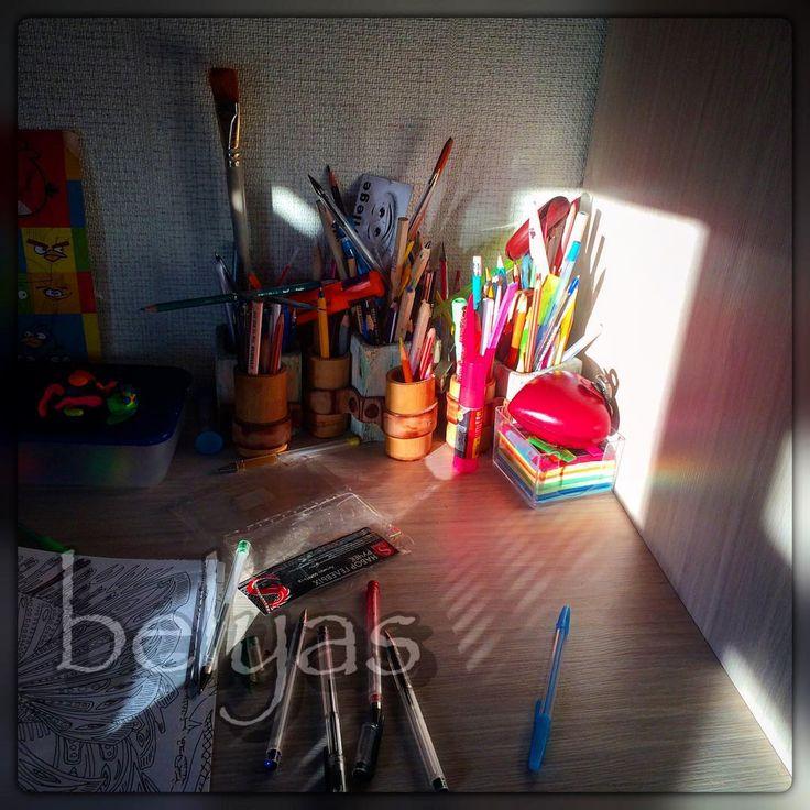Доброго творческого субботнего утра, коллеги!  #leathercraft #genuineleather #genuin #belyas #кисточки #карандаши #ручки #раскраски #доброеутро #embossedleather #солнце #стол #творчество #creative #творческийбеспорядок