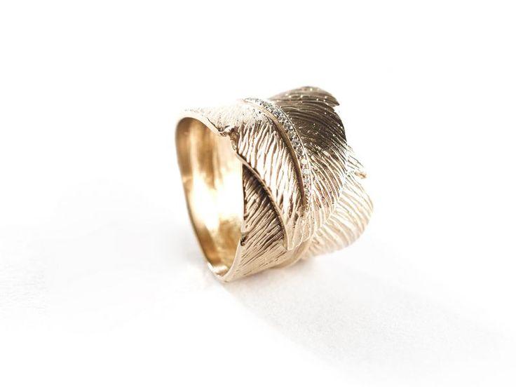 Juweelontwerper Kris Baele ontwerpt handgemaakte juwelen. De klemtoon ligt op ringen en trouwringen, handmade in eigen atelier.