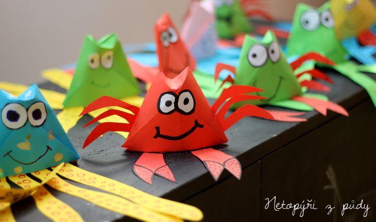 Kraby a chobotnice z barevných papírů. Základ pro oba živočichy je papírový kelímek ...