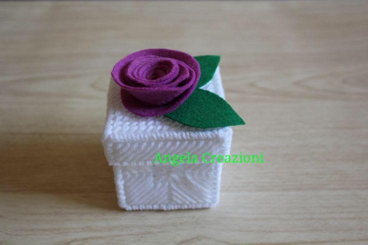 Scatolina bomboniera  con rosa di feltro fatta a mano in plastic canvas, by Angela Creazioni , 7,00 € su misshobby.com