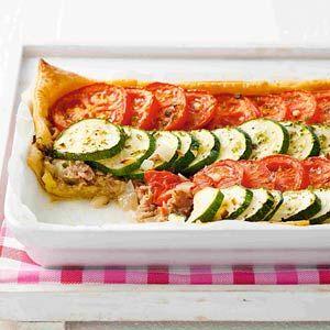 Groentetaart met tonijn Het bladerdeeg heb ik vervangen door aardappelschijfjes Mijn dochter van twee vond dit ook lekker!