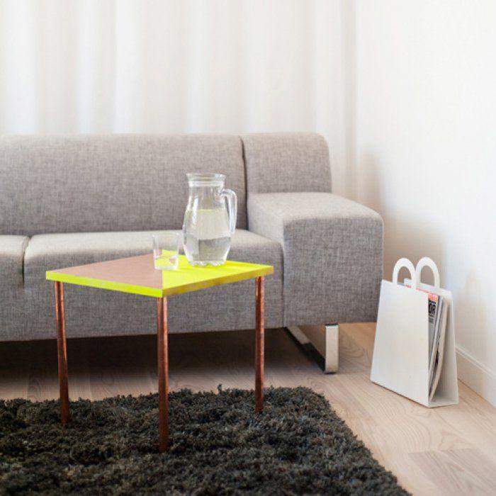 Une table basse en bois et tubes de cuivre