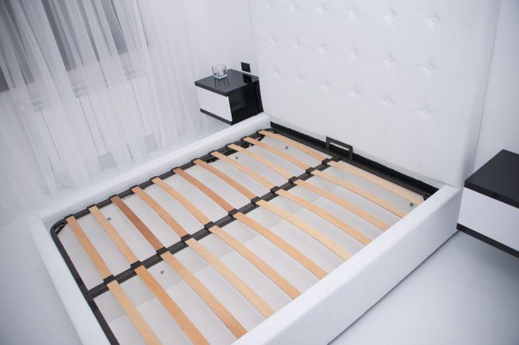 Mobila Dormitor Pat tapitat cu Imitati Piele Alba cu Noptiere Negru Lucios cu Alb Lucios