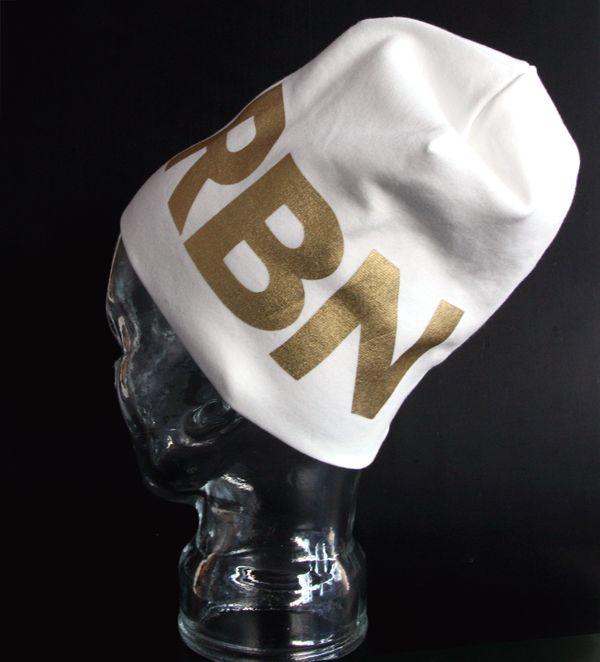 UUTUUS! Me We Robin Beanie *   NANSON TEHTAALLA Nokialla ommeltuun, laadukkaaseen Me We Pipoon painetaan Helsingissä kultainen tai hopea RBN-tunnus.   ROBIN BEANIE on hyvällä maulla toteutettua ja eettisesti tuotettua katumuotia.   ME WE Robin Beanie on - 100 % Suomalainen - Luomupuuvillainen (+ elastaania 5 %) - Myrkytön (Öko-Tex 100 -standardi) - Varustettu voimakkaasti heijastavalla Me We -merkillä - IHANA!   TOIMITAMME LAHJAN upeassa paketissa!
