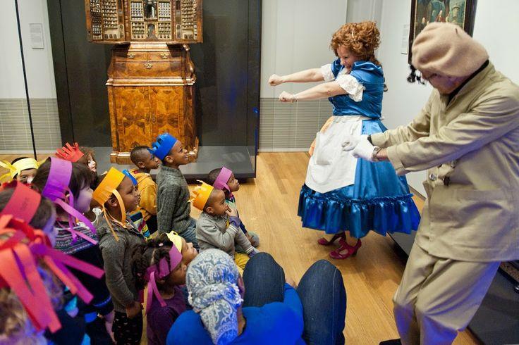 Met de kleuters of leerlingen van groep 3, 4 naar het Rijksmuseum voor de theatrale rondleiding Help! de muziek is zoek. Het is lente en schoonmaker Ali Dingedoek wil dat alles glimt en glanst in de Pruikentijd. In de klas bekijkt u met de leerlingen het voorbereidende filmpje. Hierin zien jullie dat Ali iets té goed schoonmaakt. Ze zuigt alle klepels uit de klok.