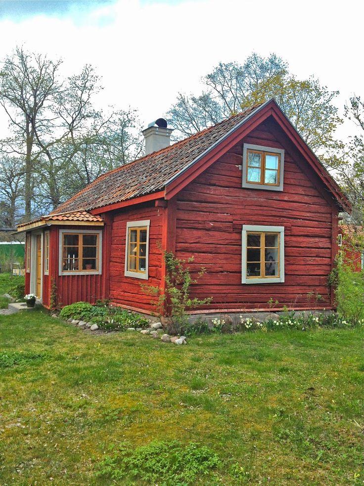 En riktigt vacker färgsättning på ett gammalt hus. Det gråa och senapsgula runt fönsterna har blivit precis rätt tillsammans med falurödfärgen på väggarna. Smakfullt!