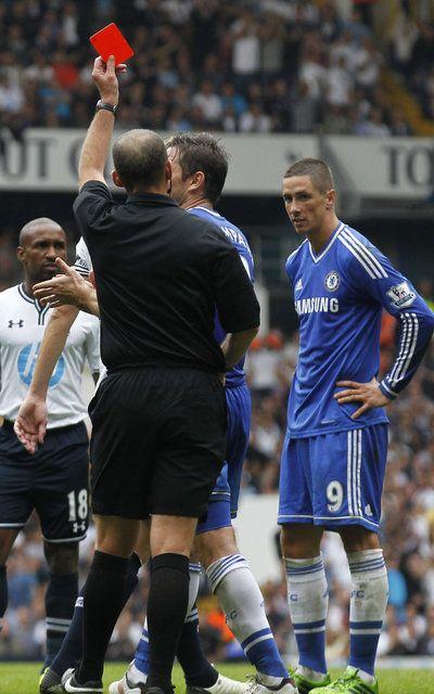 Fernando Torres es expulsado en el partido contra Tottenham Hotspur