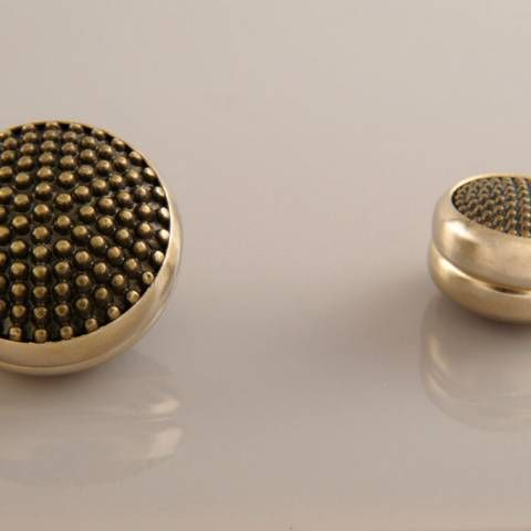 Ürünlerimizin çerçeveleri, uzun ömürlü kullanmanız için altın ve gümüş kaplama olarak tasarlanmıştır. Eşarp Mıknatısı İğne kullanma ihtiyacını ortadan kaldırır. Çene sıkılığı esnekliği sağlar. İğne deliklerinden oluşan deformasyon olmaz. Dört yönlü kullanmanızı sağlar.