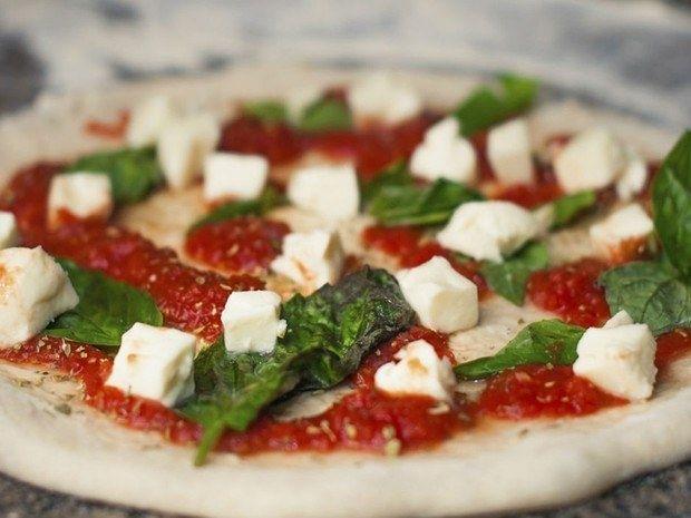 Pizza que nem parece light. | 12 receitas que são presentes de Dia dos Namorados em forma de comida