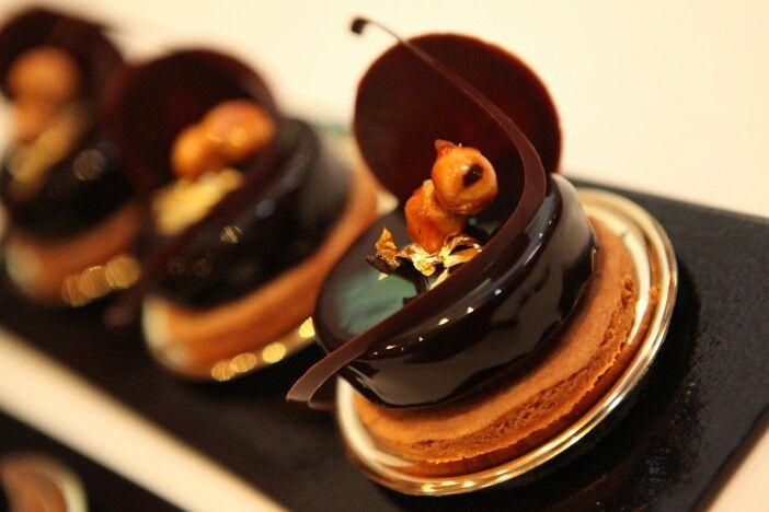 Craquant au chocolat noir et fève tonka, caramel mou et noisettes caramélisées. Création Gilles Marchal