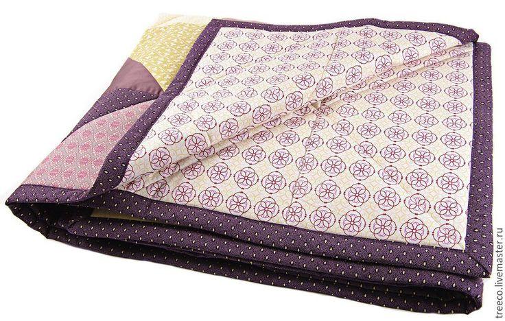 Купить или заказать Лоскутное одеяло 'Royal' в интернет-магазине на Ярмарке Мастеров. Одеяло в благородных темо-фиолетовых и приглушенно-розовых тонах. Было сшито на заказ в спальню, где преобладают фиолетовые цвета в интерьере, поэтому одеяло придало комнате законченный вид. внутри одеяла - плотный синтепон. Лоскутное одеяло может стать замечательным подарком на День Рождение , свадьбу, новоселье, рождение малыша и многие другие…