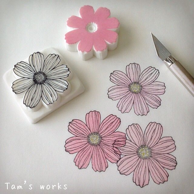 コスモス。 日本の秋の代名詞みたいな花ですが、じつはメキシコ原産。 花はんこでテキスタイルデザインできそう。 #消しゴムはんこ#スタンプ #ハンドメイド#花#コスモス#イラスト#eraserstamp#rubberstamp#stamp#handmade#handcarved#diy#illustration#flower#cosmos