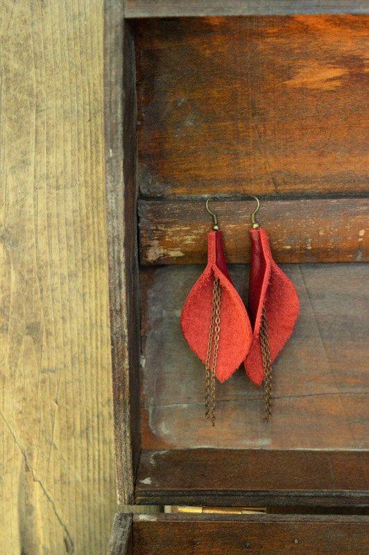 Boucles d'oreilles de cuir rouge et chaîne cuivrée / Les Callas de la boutique CreationsMCi sur Etsy