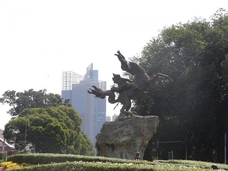 Patung Diponegoro tengah menunggang kuda