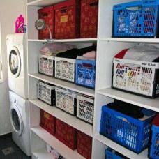 Arredare una lavanderia di casa economica e funzionale che fa anche da guardaroba