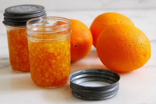 Τις φλούδες από τα διάφορα εσπεριδοειδή που καταναλώνετε (πορτοκάλια, λεμόνια, μανταρίνια, περγαμόντο) μην τις πετάτε. Μπορούν να χρησιμοποιηθούν με τον καλύτερο δυνατό τρόπο, αρκεί να προέρχονται από ακέρωτα κι αράντιστα φρούτα.