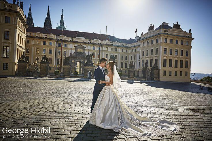 Beautiful morning sunlight for pre-wedding photo shoot at Prague Castle, see more at www.praguepreweddingphoto.com