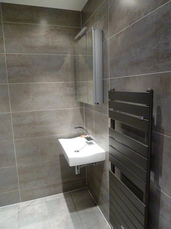 Best 25 small narrow bathroom ideas on pinterest narrow for Small ensuite wet room ideas