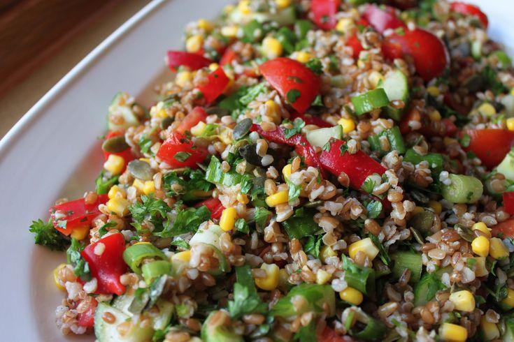Sund og lækker salat, der mætter godt sammen med eksempelvis brød og/eller en linsefrikadelle. Kan varieres på mange måder ved at bruge andre eller flere grøntsager.